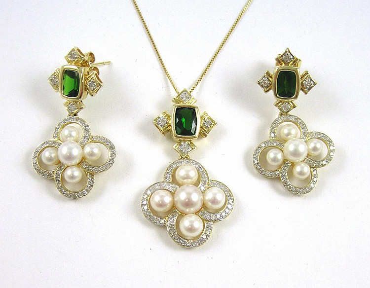 PEARL AND TSAVORITE NECKLACE AND EARRINGS SET.  Th