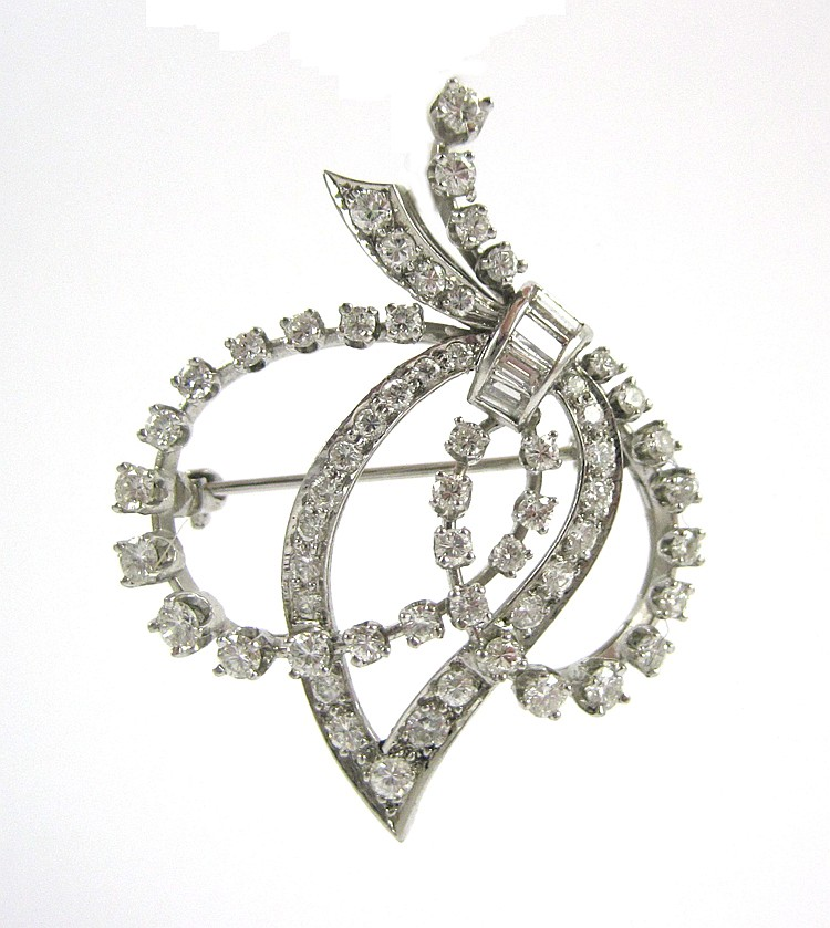 ESTATE DIAMOND AND PLATINUM BROOCH, set with 59 ro