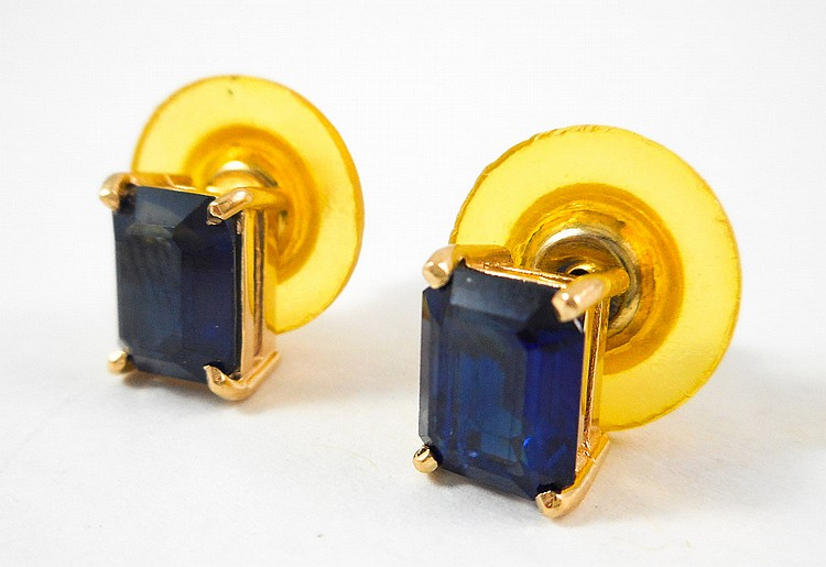 PAIR OF SAPPHIRE STUD EARRINGS, each 14k yellow go