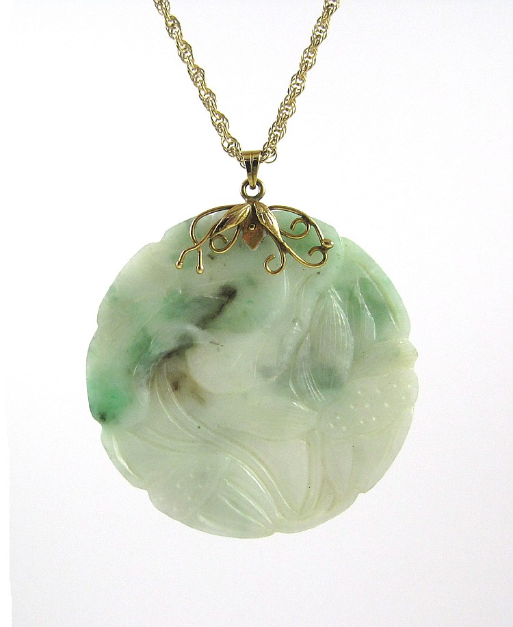 CHINESE CARVED JADE PENDANT AND GOLD CHAIN, a roun