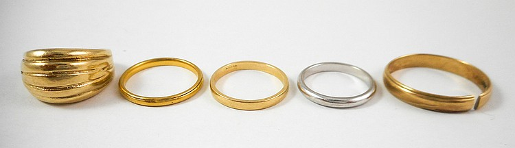 COLLECTION OF FIVE GOLD RINGS:  including a size 9