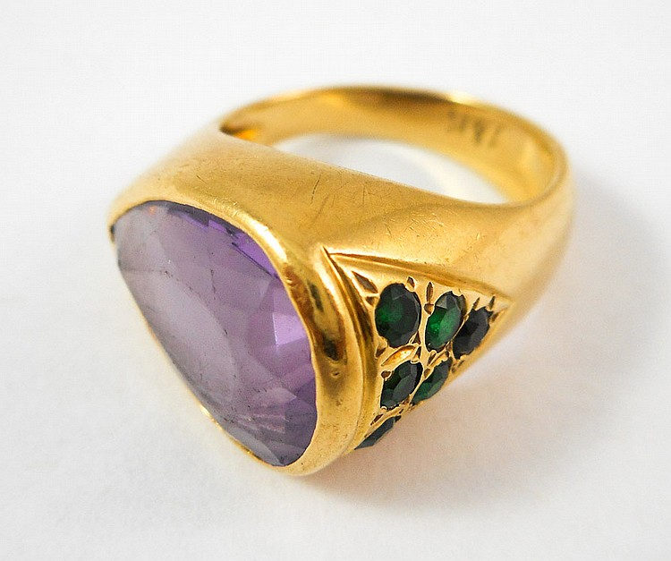 AMETHYST, EMERALD AND EIGHTEEN KARAT GOLD RING, wi