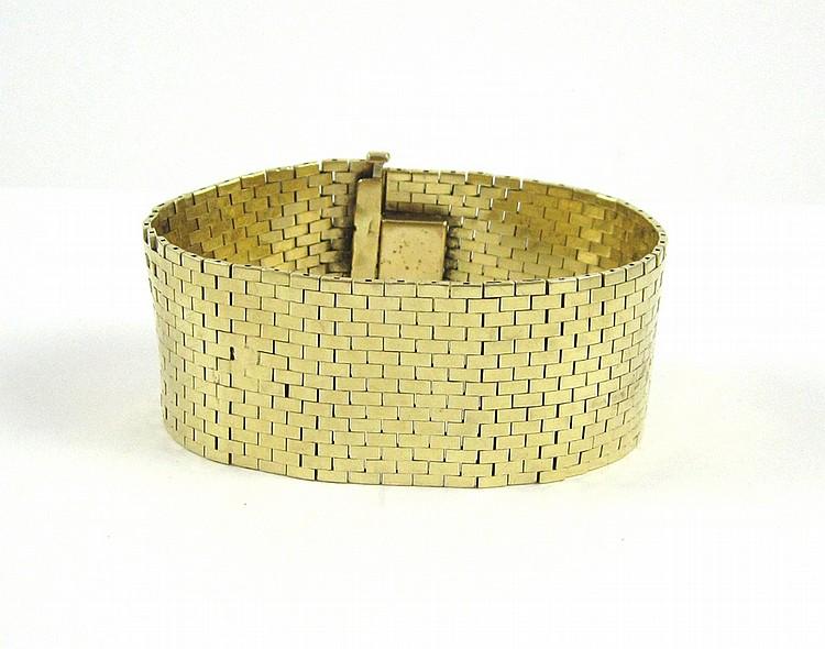 FOURTEEN KARAT YELLOW GOLD MESH BRACELET, measurin