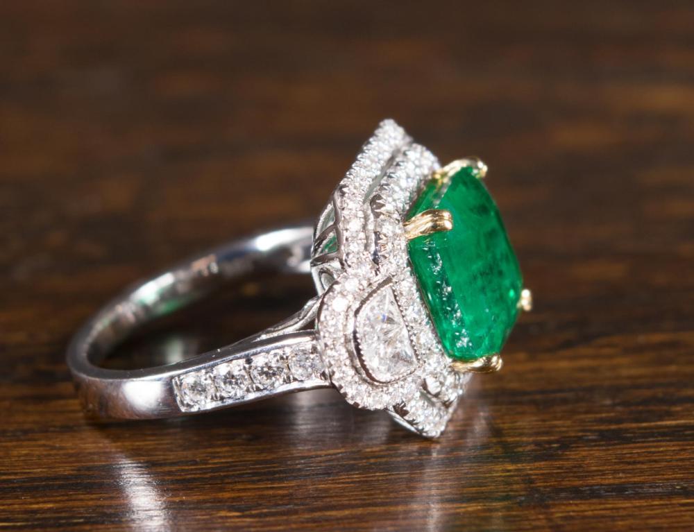EMERALD, DIAMOND AND EIGHTEEN KARAT GOLD RING WITH