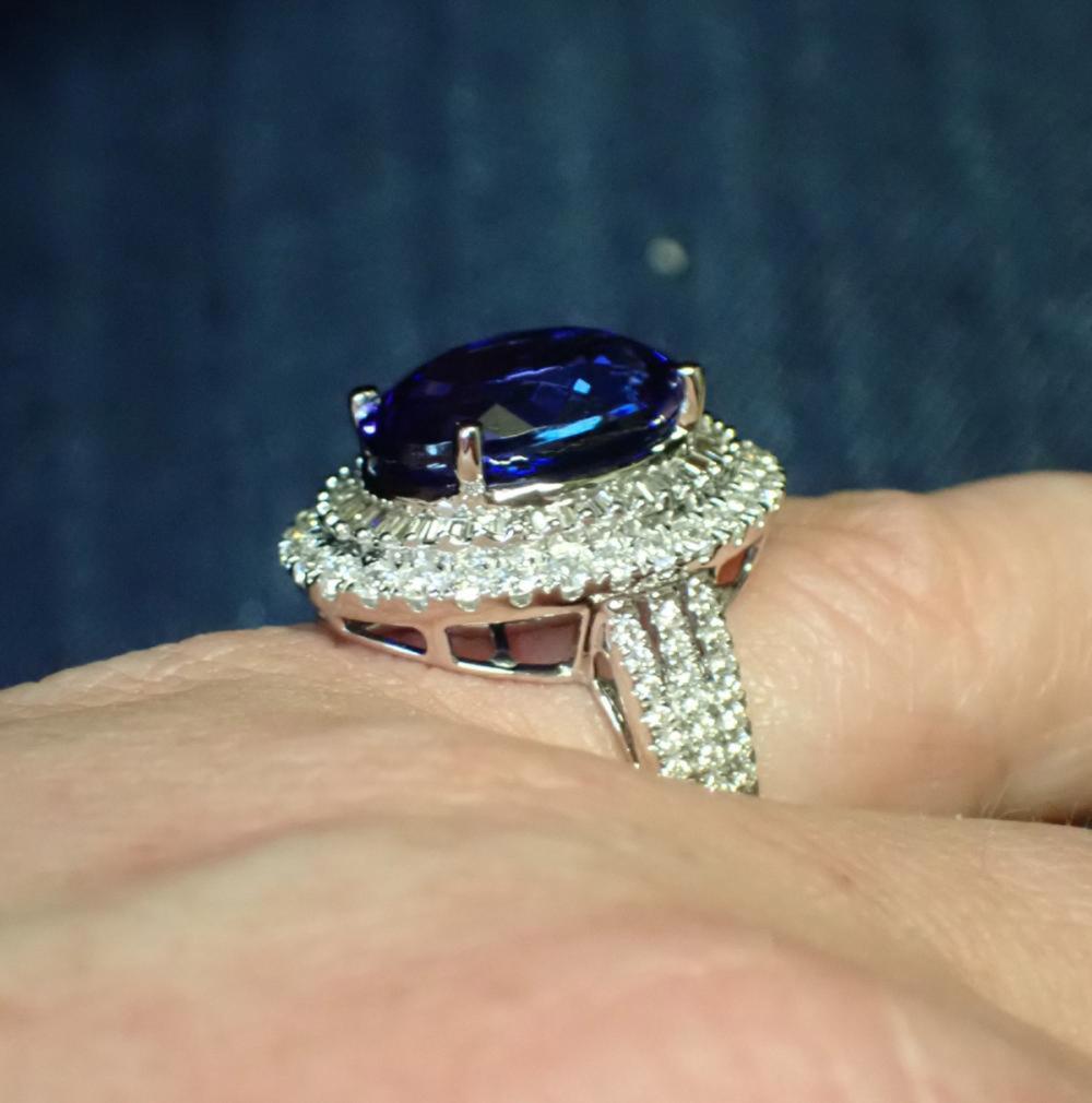 TANZANITE, DIAMOND AND EIGHTEEN KARAT GOLD RING.