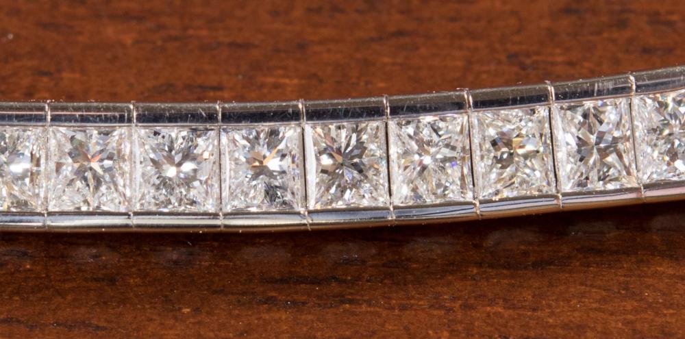 ESTATE DIAMOND AND EIGHTEEN KARAT GOLD NECKLACE.