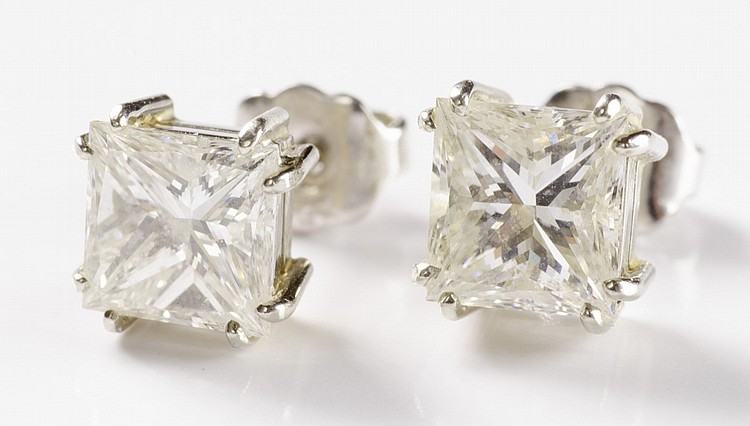 PAIR OF DIAMOND AND WHITE GOLD EAR STUDS, each 14k
