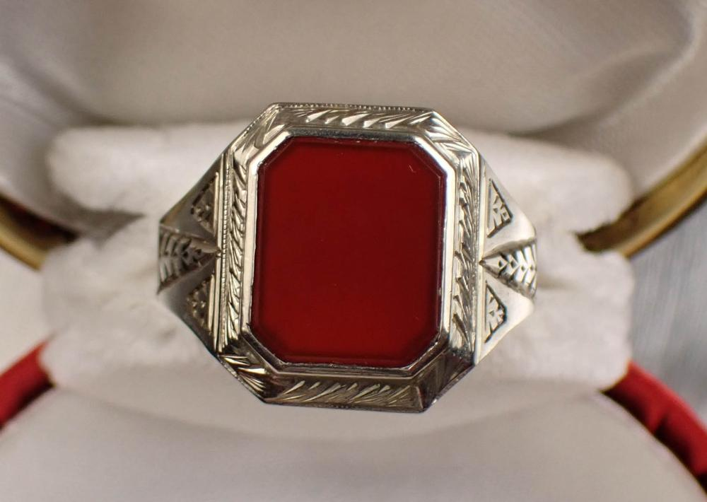 MAN'S CARNELIAN AND GOLD RING