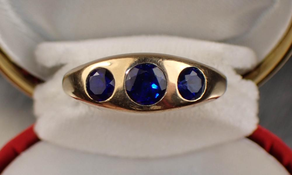 MAN'S BLUE SAPPHIRE AND YELLOW GOLD RING