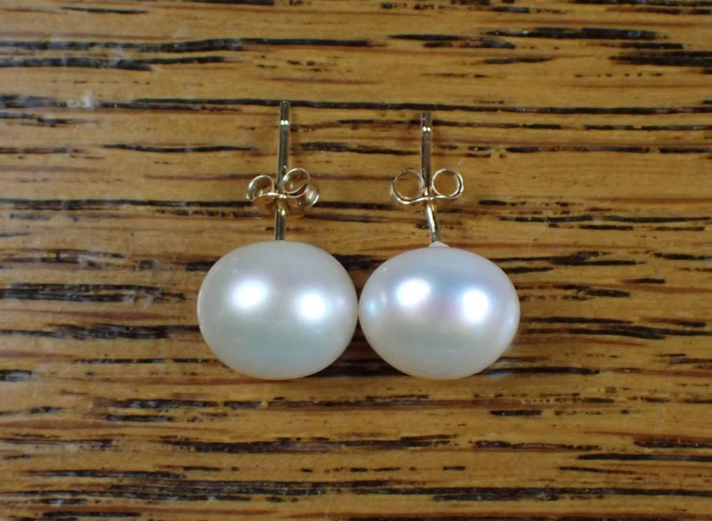PAIR OF PEARL AND GOLD EAR STUDS