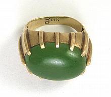 GREEN JADE AND TEN KARAT GOLD RING, with twelve
