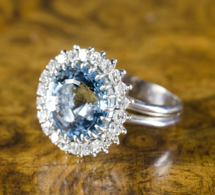 AQUAMARINE, DIAMOND AND EIGHTEEN KARAT GOLD RING.