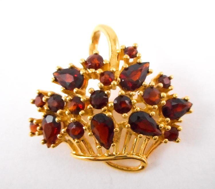 GARNET AND EIGHTEEN KARAT GOLD PENDANT/BROOCH. Th