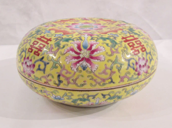 CHINESE QING PORCELAIN ROUND LIDDED BOX, Famille R