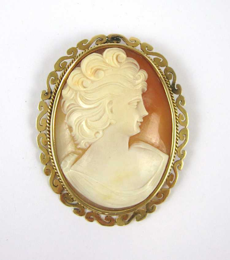 VICTORIAN CAMEO PENDANT/BROOCH, with relief carved
