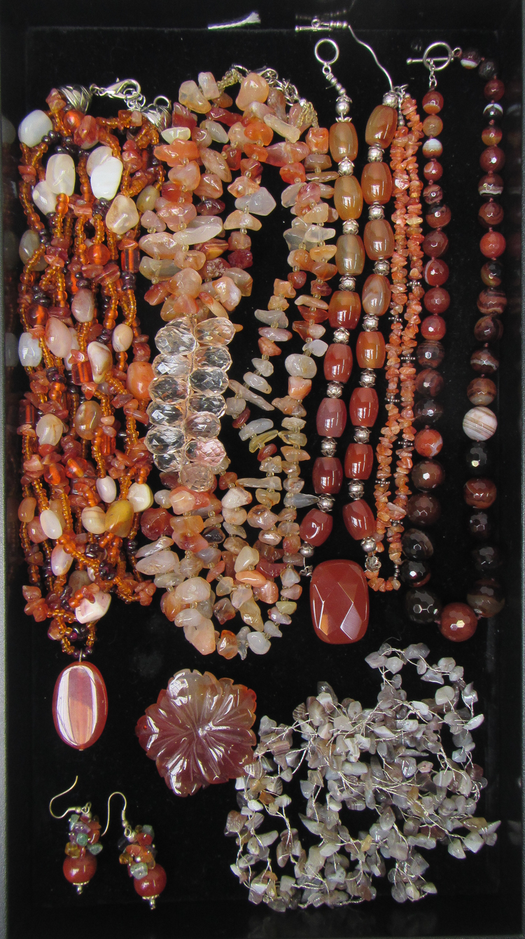 NINE ARTICLES OF AGATE AND CARNELIAN JEWELRY, incl