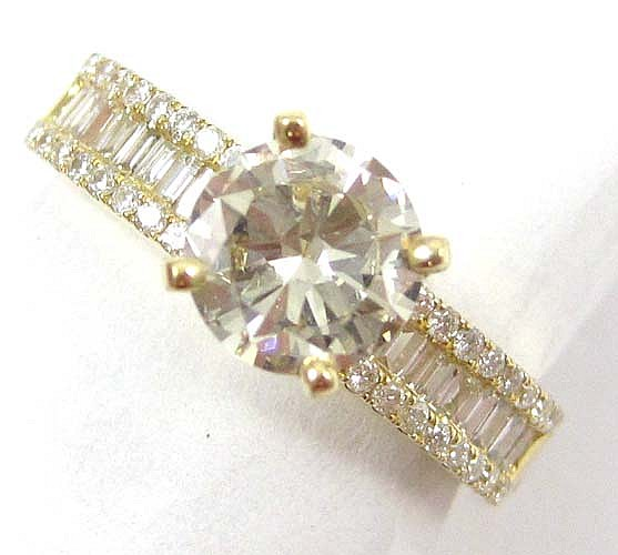 DIAMOND AND EIGHTEEN KARAT GOLD RING, centering a