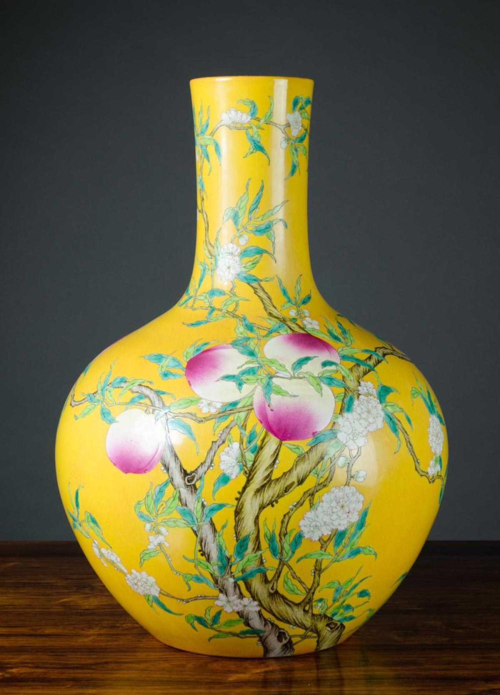 CHINESE PORCELAIN VASE, attributed Qing Dynasty (1