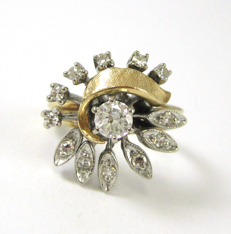DIAMOND AND FOURTEEN KARAT GOLD RING, with twelve