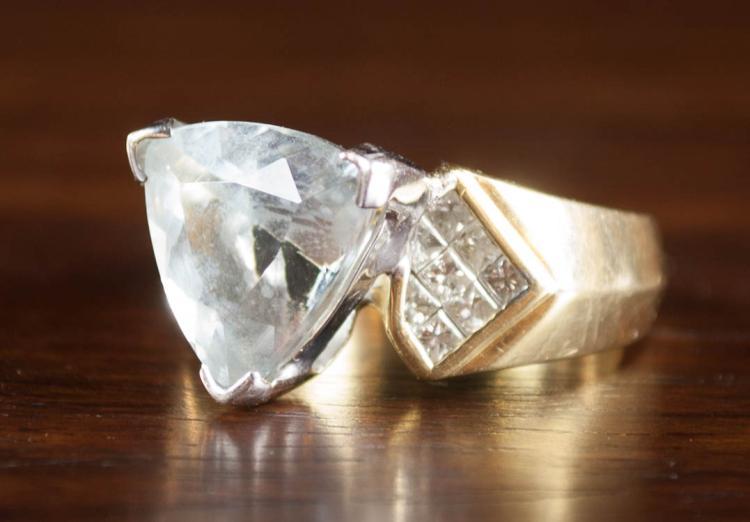 AQUAMARINE, DIAMOND AND EIGHTEEN KARAT GOLD RING,