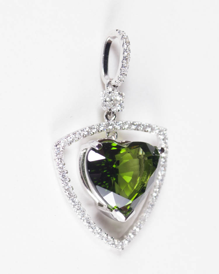 GREEN TOURMALINE AND DIAMOND PENDANT, 14k white go