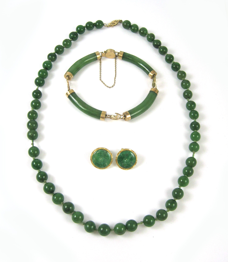 FOUR ARTICLES OF GREEN HARDSTONE JEWELRY: includi