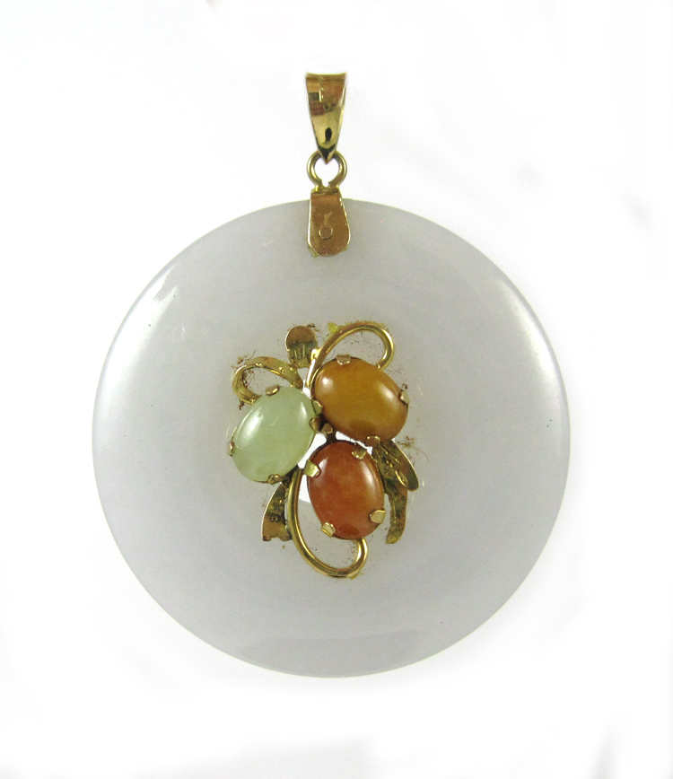 JADE AND FOURTEEN KARAT GOLD PENDANT, with a laven