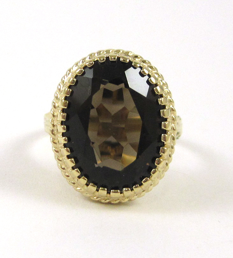 SMOKY QUARTZ AND TEN KARAT GOLD RING, set with an