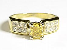 CANARY DIAMOND, WHITE DIAMOND AND 18K GOLD RING