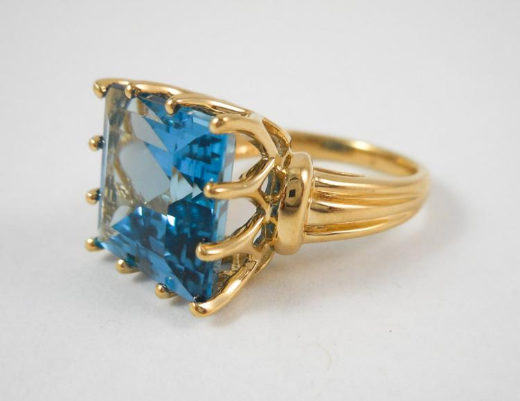 BLUE TOPAZ AND TEN KARAT GOLD RING, set with a squ