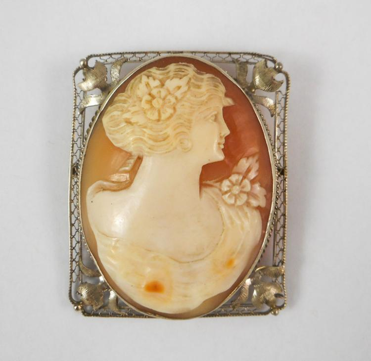 VICTORIAN CAMEO PENDANT/BROOCH, with an oval relie