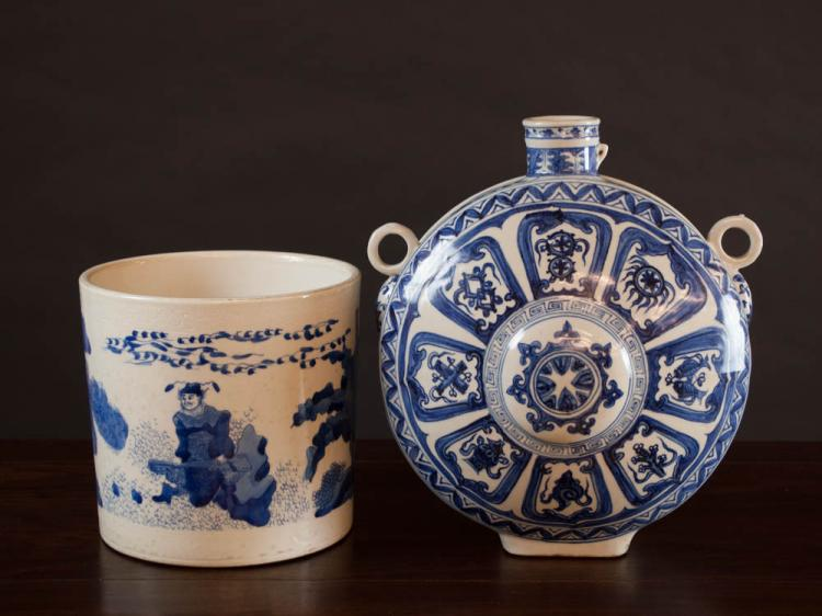 TWO CHINESE BLUE AND WHITE PORCELAIN VESSELS: moo