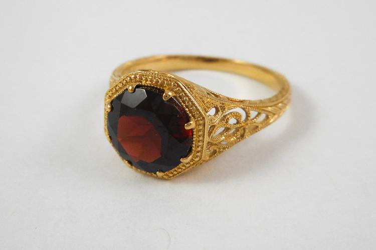 GARNET AND FOURTEEN KARAT GOLD RING, the yellow go