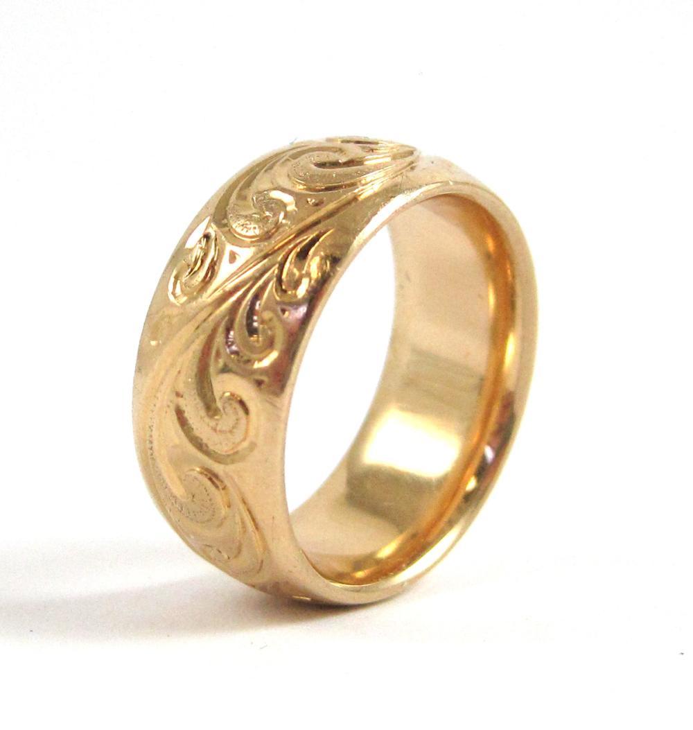 Lot 315: FOURTEEN KARAT YELLOW GOLD SCROLLWORK RING, weighi