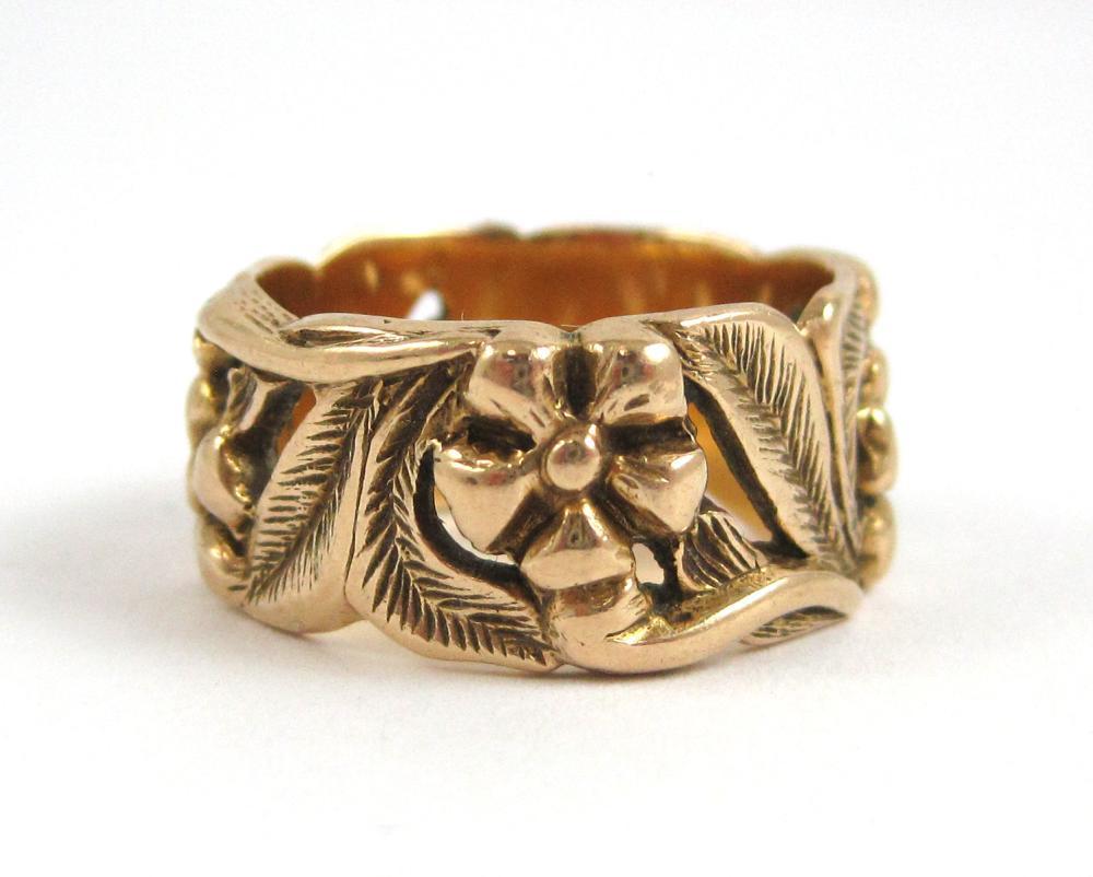 Lot 344: FOURTEEN KARAT YELLOW GOLD FLORAL RING, weighing 8