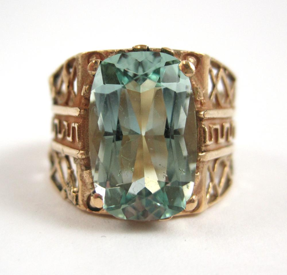 Lot 363: AQUAMARINE AND FOURTEEN KARAT GOLD RING, prong set