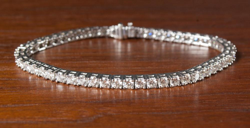 DIAMOND AND EIGHTEEN KARAT GOLD TENNIS BRACELET.
