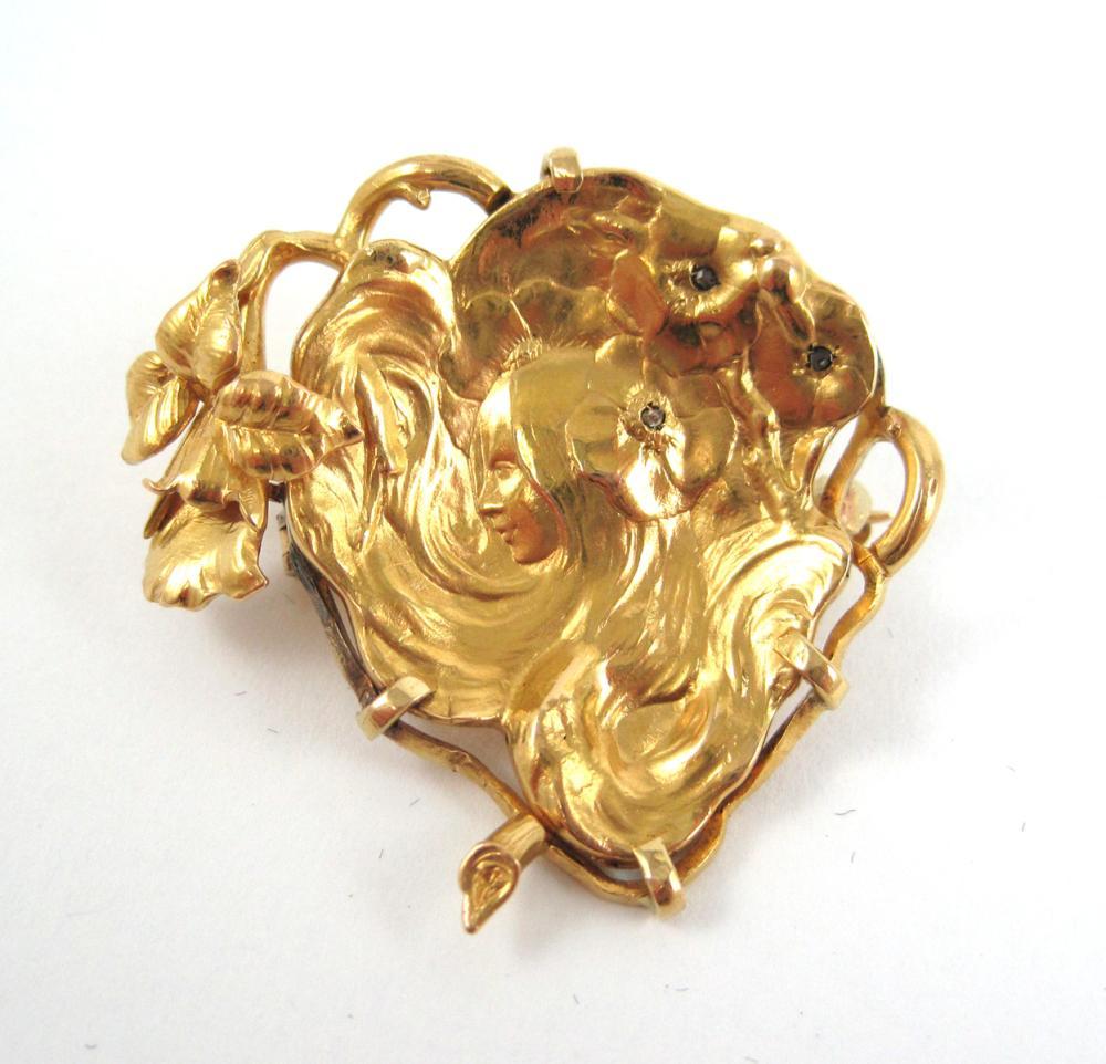 DIAMOND AND EIGHTEEN KARAT GOLD BROOCH, depicting