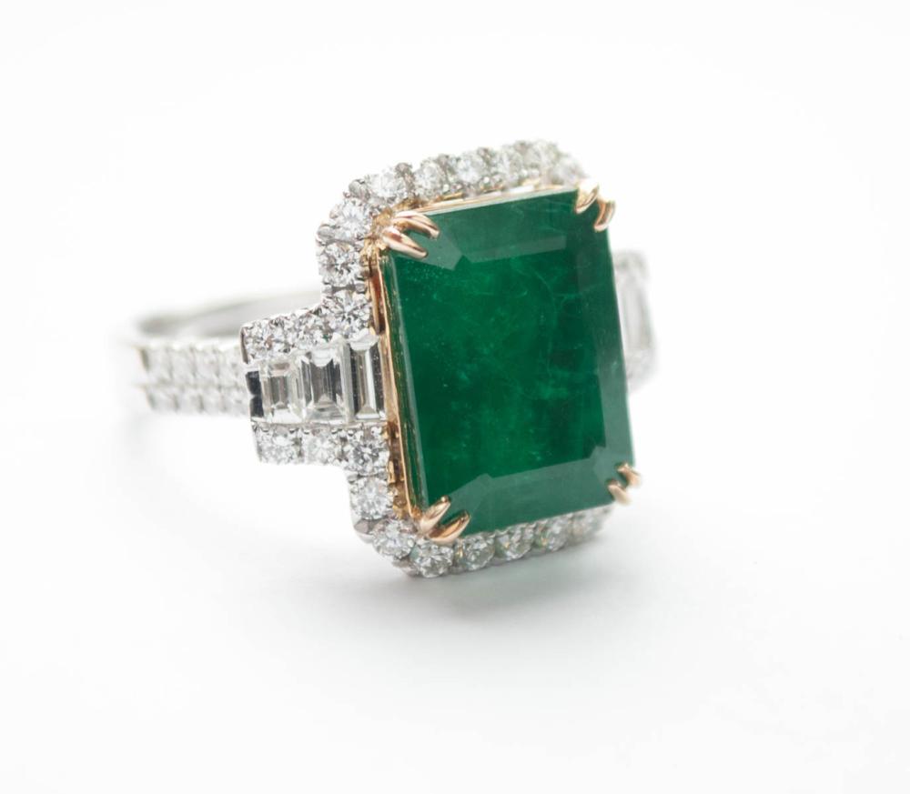 EMERALD, DIAMOND AND EIGHTEEN KARAT GOLD RING, wit