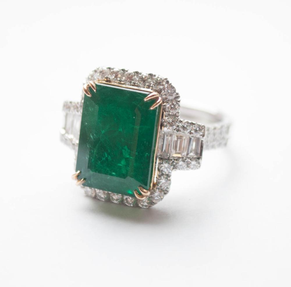 Lot 475: EMERALD, DIAMOND AND EIGHTEEN KARAT GOLD RING, wit