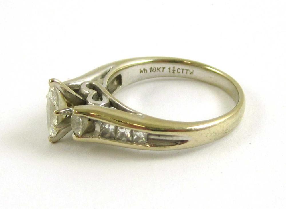 Lot 179: DIAMOND AND EIGHTEEN KARAT WHITE GOLD RING set wit