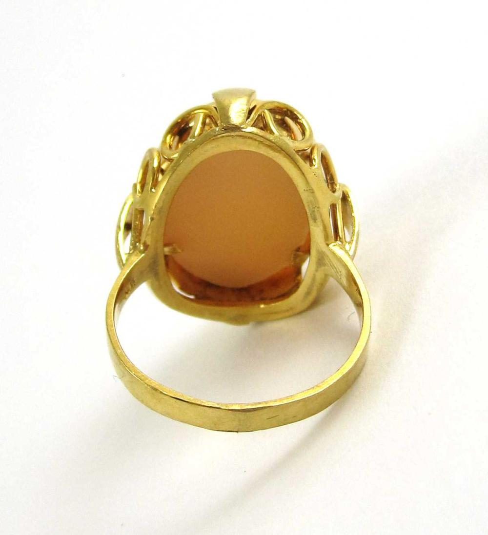 Lot 212: VICTORIAN CAMEO AND EIGHTEEN KARAT GOLD RING, with