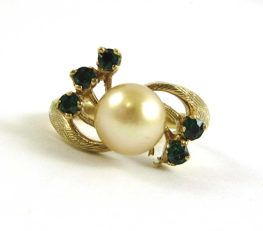 Lot 260: GOLDEN PEARL AND YELLOW GOLD RING. The 10k yellow