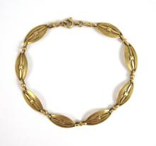 Lot 278: FOURTEEN KARAT YELLOW GOLD BRACELET, measuring 6-1