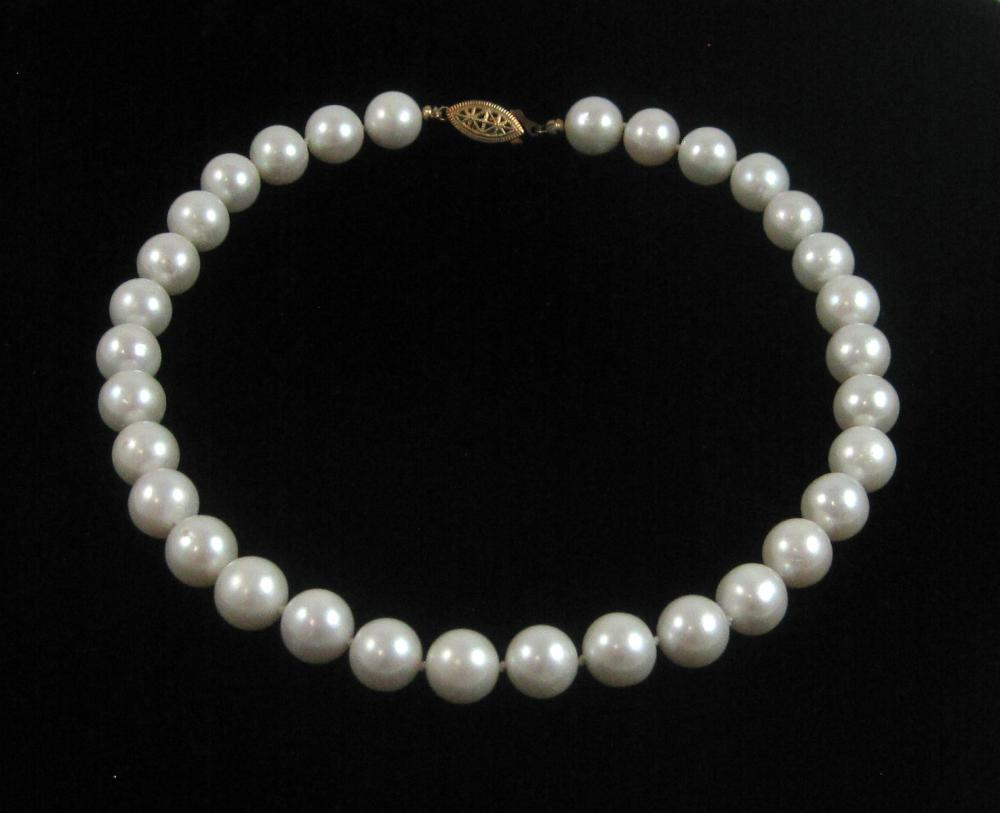 Lot 68: CHOKER LENGTH HAND-KNOTTED WHITE PEARL NECKLACE, 1
