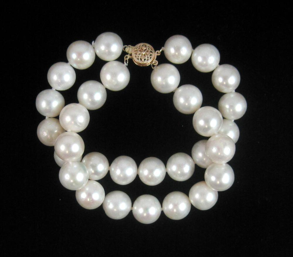 Lot 194: SOUTH SEA PEARL NECKLACE AND BRACELET SET, with a