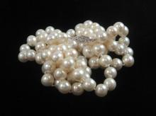 Lot 266: WHITE PEARL AND FOURTEEN KARAT GOLD NECKLACE. The