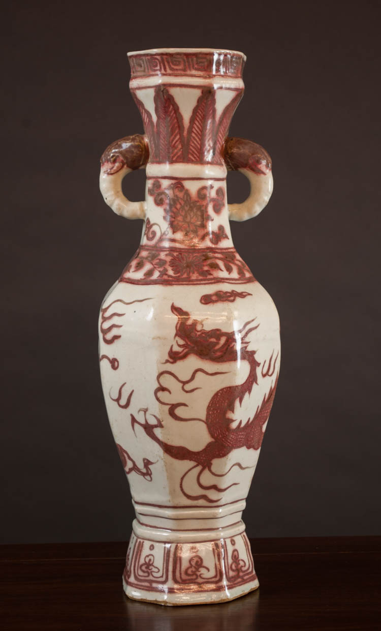 MING STYLE CHINESE PORCELAIN VASE having a red und