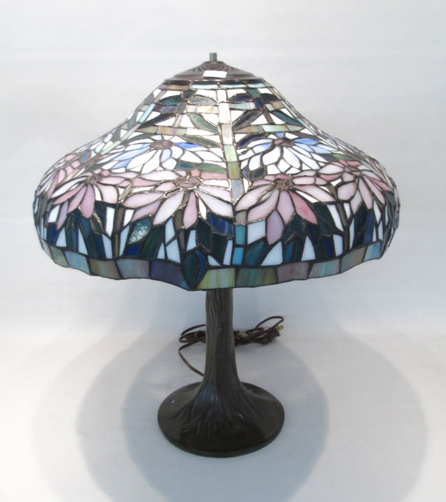 STAINED AND LEADED GLASS TABLE LAMP, the domed sha