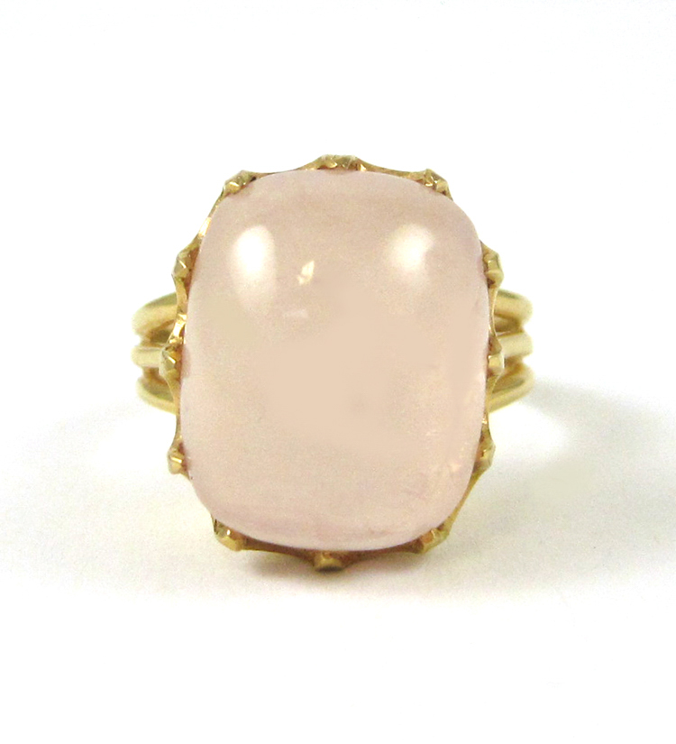 ROSE QUARTZ AND EIGHTEEN KARAT GOLD RING, set with